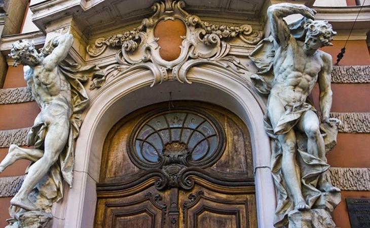 На вході вас зустрінуть м'язисті атланти – ще один символ Будинку вчених