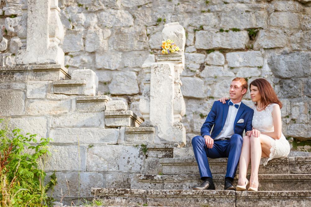 Ще одна ідея для весільної світлини – романтика на старовинних кам'яних сходах