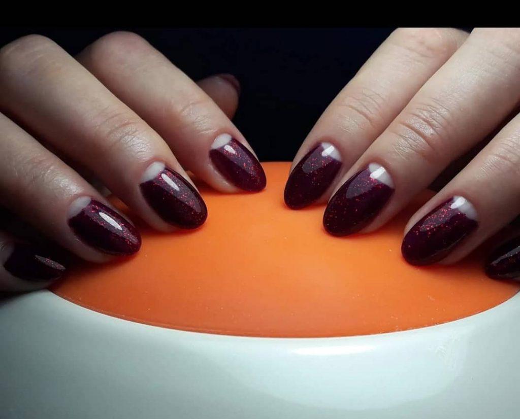 Лунковий манікюр з бордовим покриттям котяче око для коротких нігтів