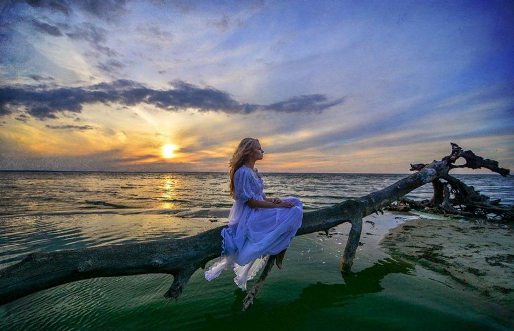 Фотосесія біля моря, недалеко від Києва: красивий захід