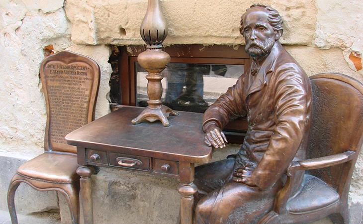 Шанувальникам гастротуризму даємо наводку: побачивши пам'ятник Ігнатію Лукасевичу, знайте – смачна їжа вже поруч