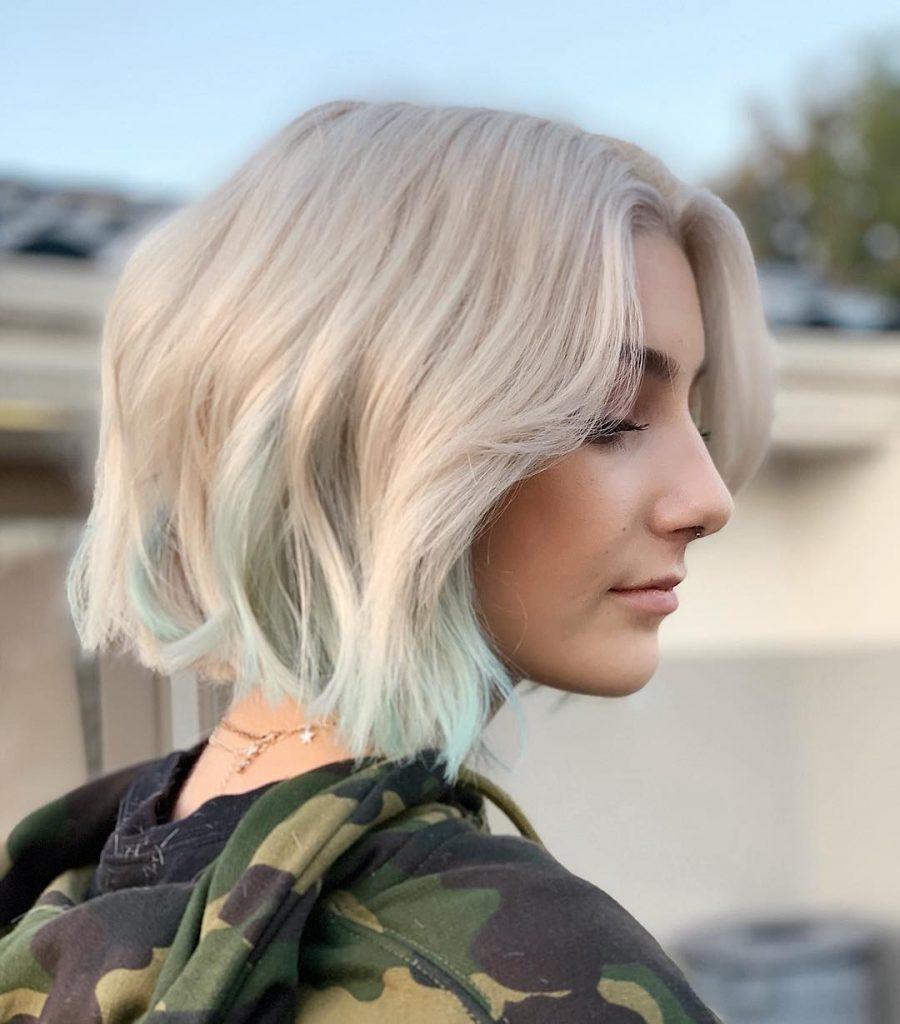 Хочете розбавити платиновий блонд? Надайте фарбуванню пастельно-м'ятний відтінок на кінцях окремих пасом