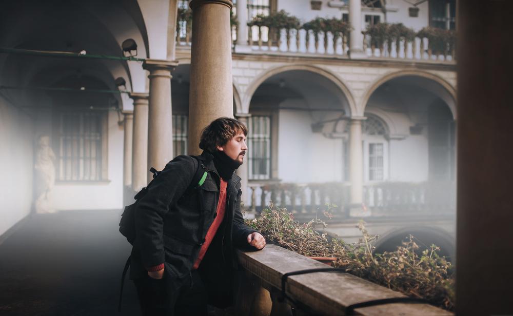 Италійський дворик гарно виглядає й на похмурних фото із загадковою атмосферою