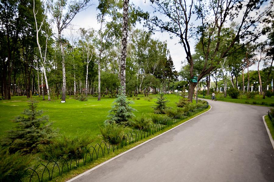 Центральні алеї парку відмінно підійдуть для самокатів і велосипедів