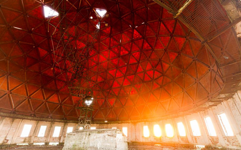Радіолокаційна антена всередині куполу