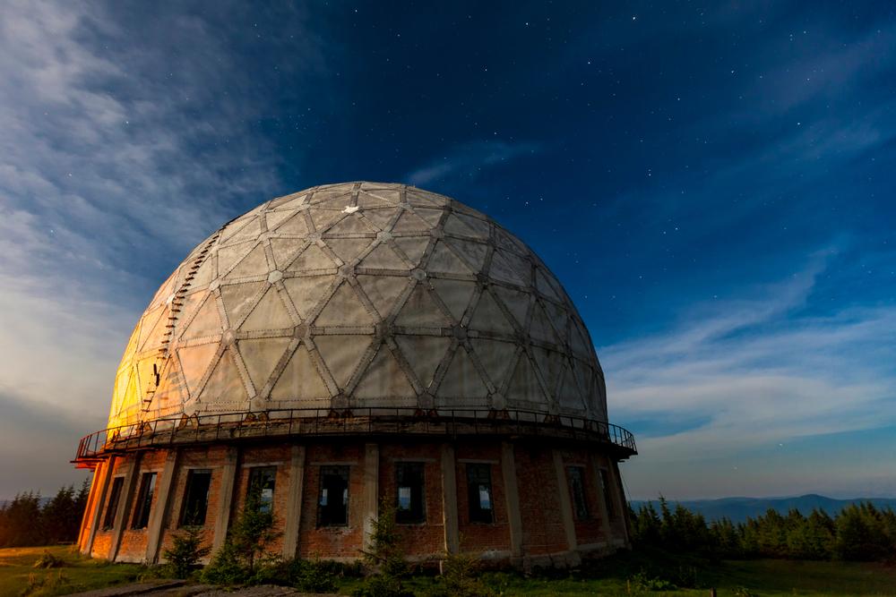 Один з куполів станції на тлі вечірнього неба
