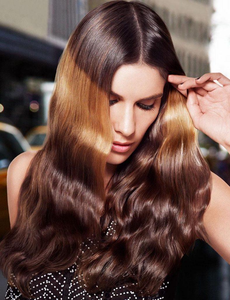 Яскрава світла смуга на волоссі навіює асоціації з сонячними днями весни і літа