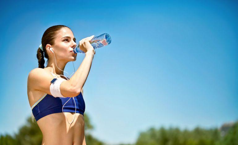 Вода — незаменимый ингредиент дневного рациона. Пейте воду, как только почувствуете жажду, дабы избежать обезвоживания.