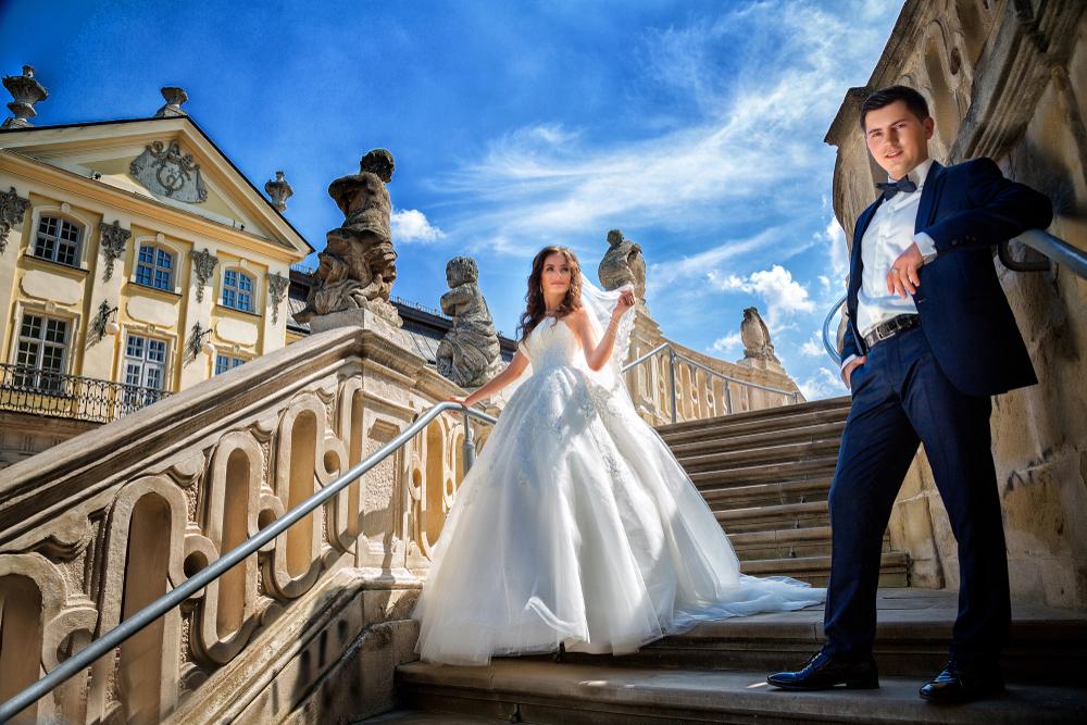 Сходи собору – одна з найулюбленіших локацій фотографів для весільних світлин