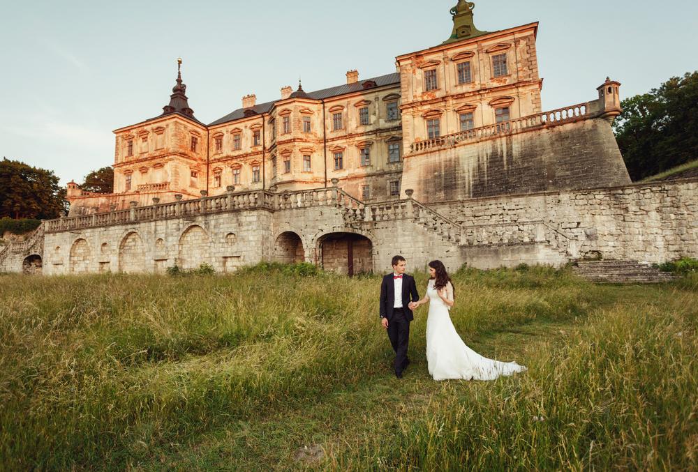 Замок в якості загального плану для весільної фотосесії – гарне й естетичне рішення