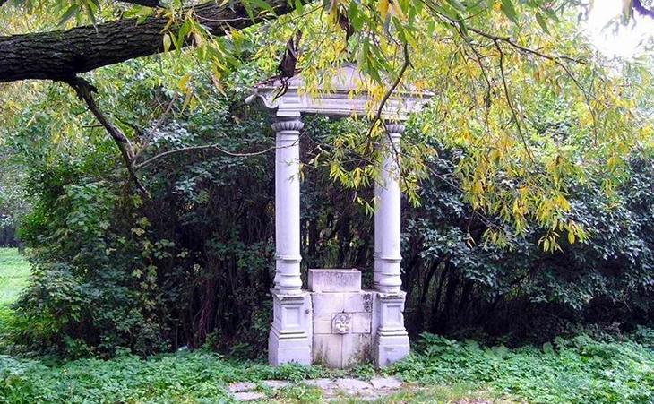 Гуляючи по парку, ви зустрінете безліч старовинних скульптур та фрагменти напівзруйнованих споруд