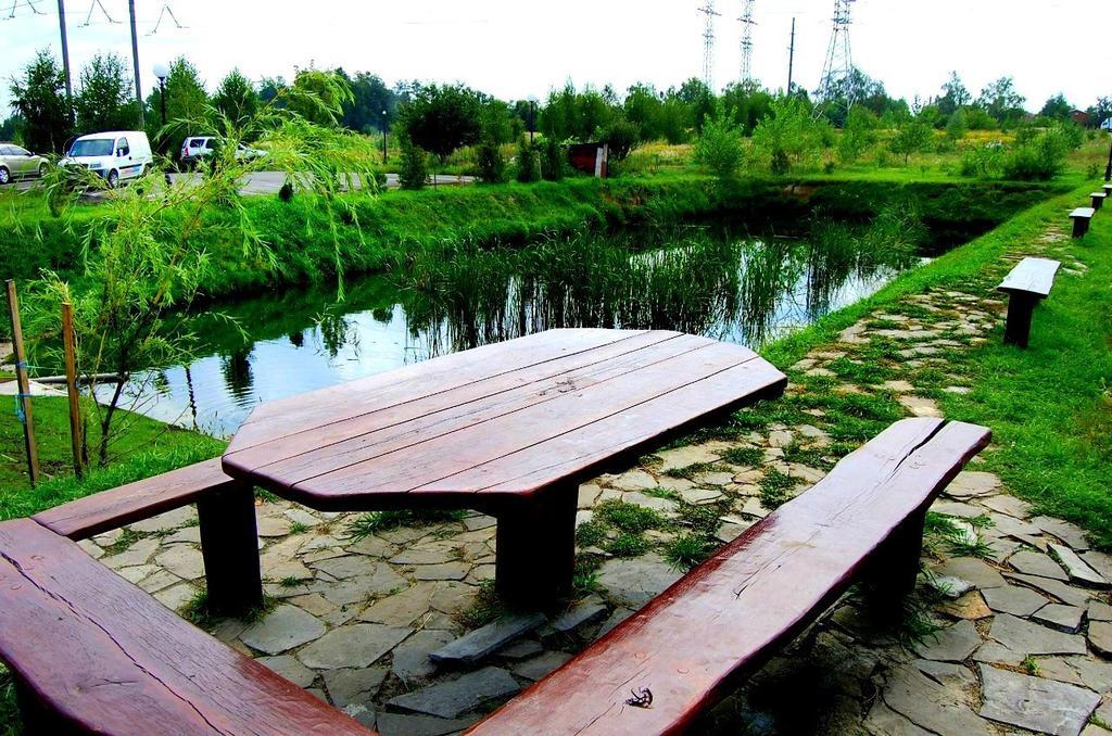 Відпочинок біля ставка в заміському комплексі «Вишеград»
