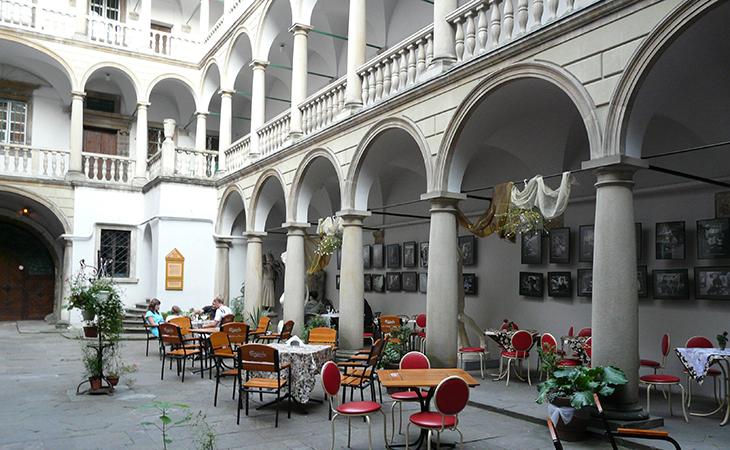 У затишному кафе Італійського дворику можна спокійно випити кави і зробити пару вдалих знімків