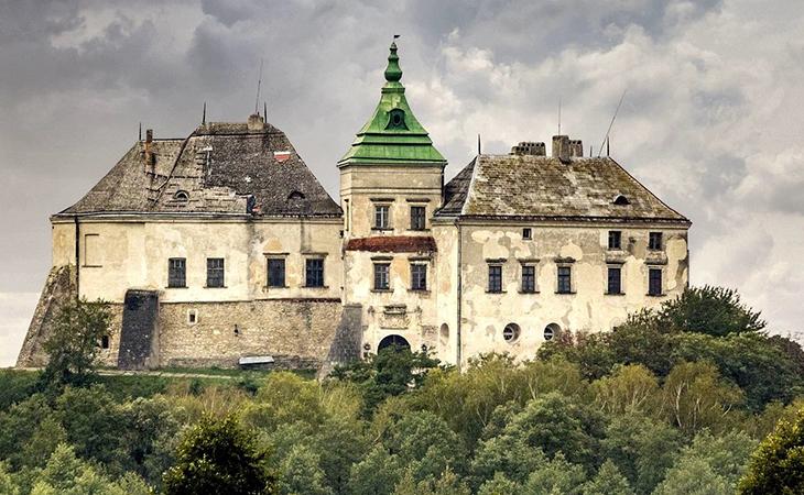 Олеський замок скромно зберігає в собі безліч захоплюючих історій, життів і доль. Фотографії на цьому місці виходять особливо загадковими