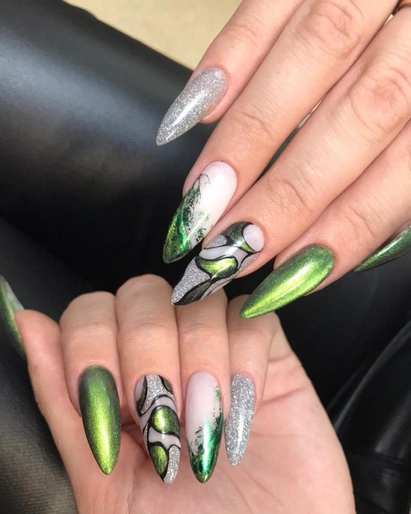 Котячий манікюр на довгих нарощених нігтях: декор фольгою і рослинним малюнком