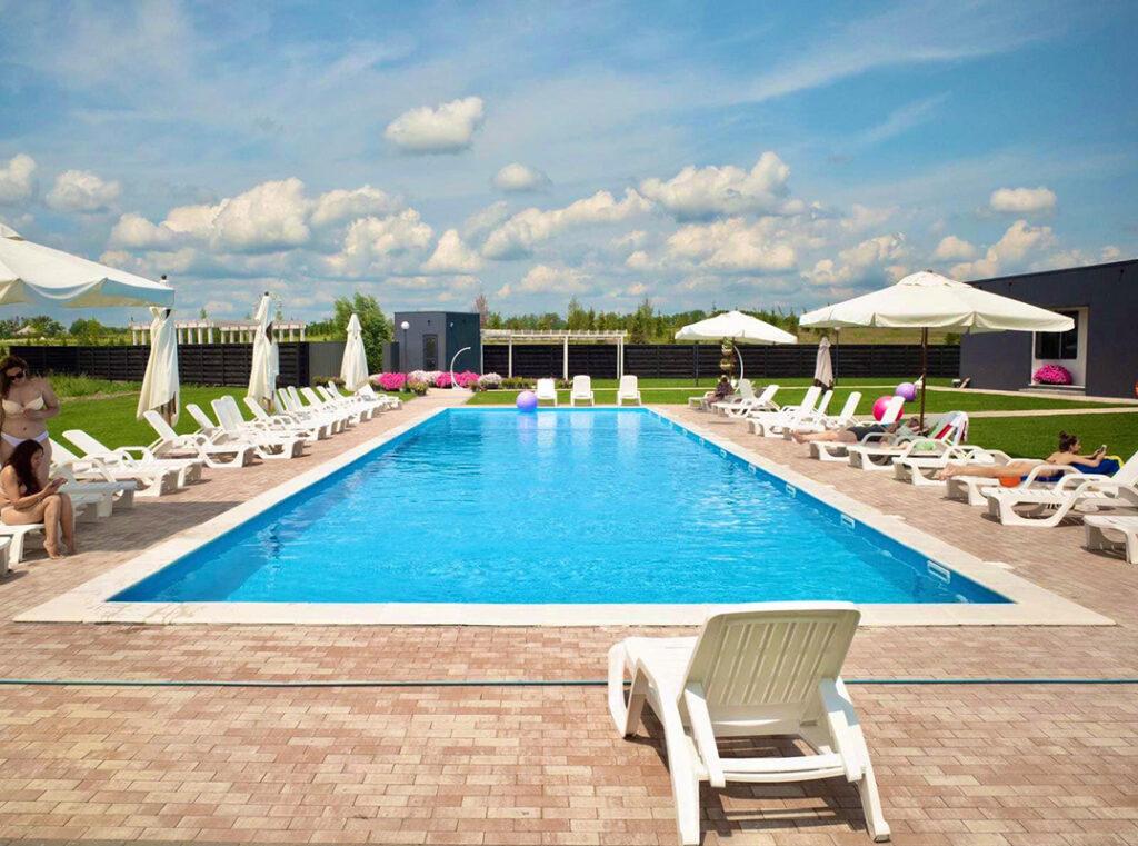 Літній басейн під відкритим небом у Добропарку