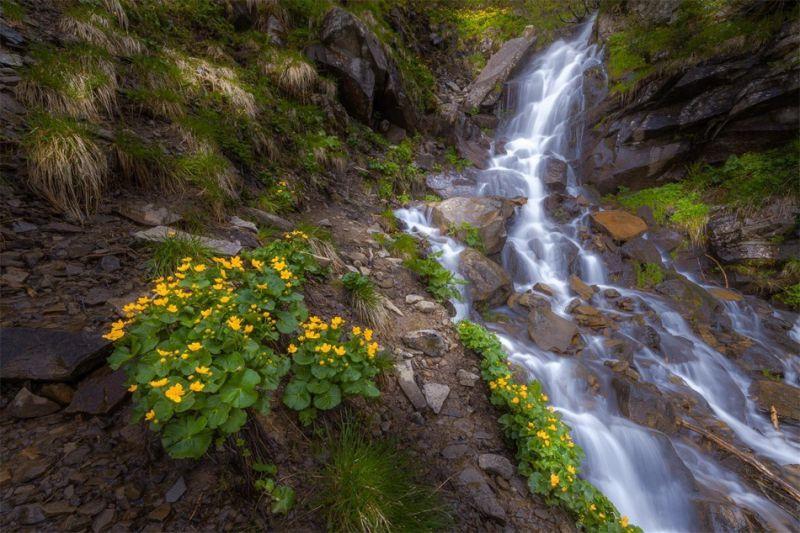 Щоб побачити всю красу водоспаду, потрібно підніматися в гори