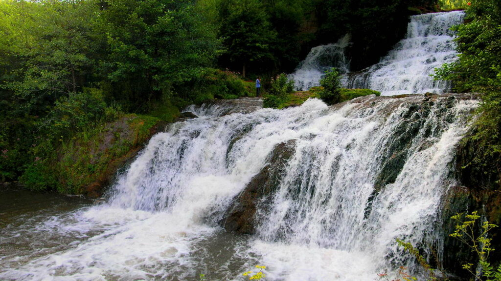 На відміну від природних чудес, Джуринський водоспад був створений людиною