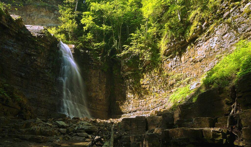 Фото Манявського водоспаду схожі на декорацію пригодницького фільму