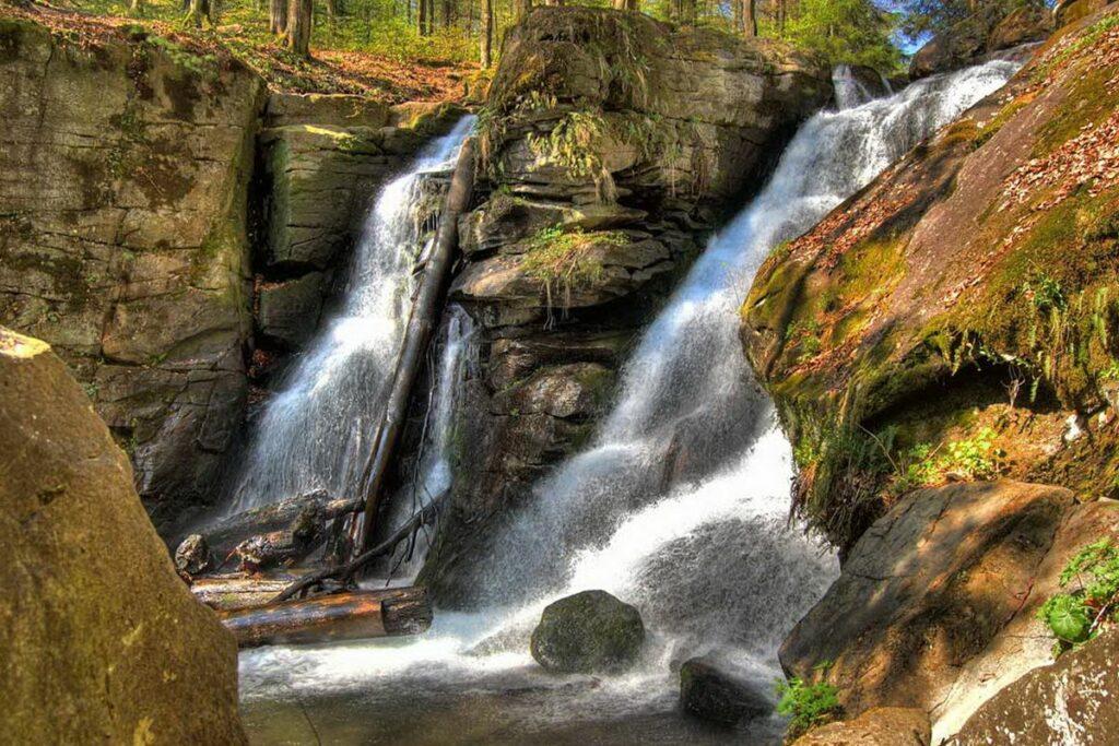 Розбиваючись навпіл, Воєводин утворює фактично два водоспади